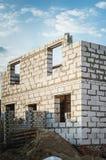 Casa de campo inacabada de los bloques de piedra blancos foto de archivo libre de regalías