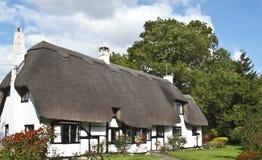 Casa de campo inglesa com telhado thatched Fotografia de Stock