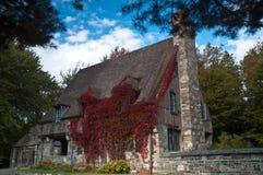 Casa de campo inglesa de piedra en hiedra Foto de archivo libre de regalías
