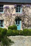 Casa de campo inglesa e jardim do estilo Georgian fotos de stock