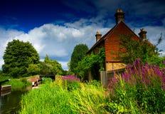 Casa de campo inglesa pelo rio Wey Imagens de Stock