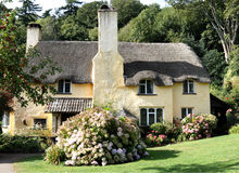 Casa de campo inglesa Thatched Fotos de Stock Royalty Free