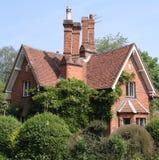 Casa de campo inglesa tradicional de la aldea Foto de archivo