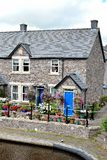 casa de campo inglesa velha no rio Imagens de Stock Royalty Free