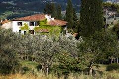 Casa de campo italiana bonita no jardim verde imagens de stock royalty free
