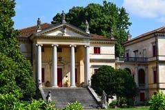 Casa de campo italiana com portas vermelhas imagens de stock