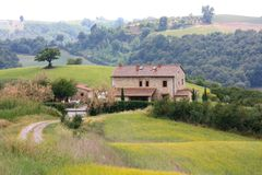 Casa de campo italiana do país em Toscânia imagem de stock