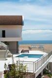 Casa de campo luxuosa para a apreciação do verão Fotos de Stock Royalty Free