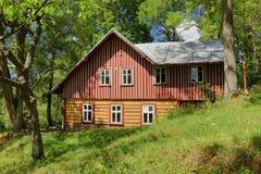 Casa de campo de madeira bonita na república checa imagens de stock