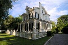 Casa de campo de madeira branca velha em Hampton do leste, EUA imagem de stock royalty free