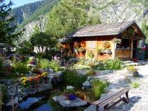 Casa de campo de madeira rural na montanha de Mont Blanc, Chamonix, França Foto de Stock Royalty Free