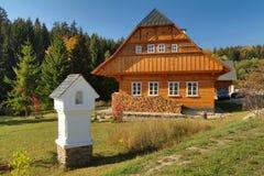 Casa de campo de madeira tradicional foto de stock royalty free