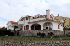 Casa de campo mediterrânea moderna cercada com a parede de pedra tradicional e vegetação pequena Fotografia de Stock Royalty Free