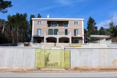 Casa de campo mediterrânea moderna sob a construção Imagens de Stock Royalty Free