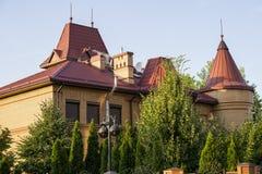 Casa de campo moderna alaranjada com telhado vermelho, jardim das árvores Foto de Stock