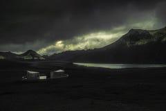 Casa de campo moderna em Islândia imagem de stock