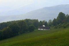 Casa de campo na chuva Montanhas no verão em um dia chuvoso Carpathians brancos República Checa Foto de Stock Royalty Free