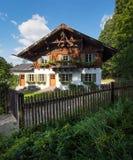 Casa de campo na vila alpina Foto de Stock Royalty Free