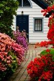 Casa de campo no jardim Fotografia de Stock Royalty Free