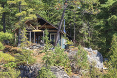 Casa de campo no lago canoe imagem de stock