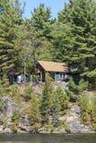 Casa de campo no lago canoe fotos de stock