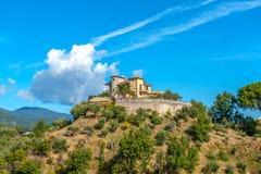 Casa de campo no monte contra o céu foto de stock royalty free
