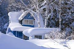 Casa de campo no snowdrift imagem de stock