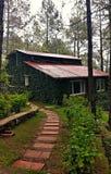 Casa de campo nos montes Imagens de Stock