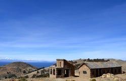 Casa de campo de pedra com telhado e o estábulo cobridos com sapê em Isla del Sol no lago Titicaca, Bolívia foto de stock royalty free