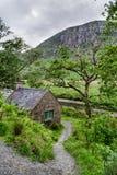 Casa de campo de pedra nas montanhas irlandesas fotografia de stock royalty free