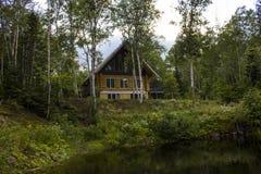 Casa de campo pelo lago Imagens de Stock Royalty Free