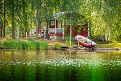Casa de campo pelo lago em Finlandia rural Fotos de Stock Royalty Free