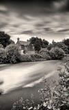 A casa de campo pelo Weir Imagens de Stock Royalty Free