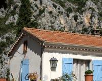 Casa de campo pequena com obturadores azuis Foto de Stock Royalty Free