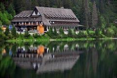 Casa de campo perto do lago Fotos de Stock Royalty Free