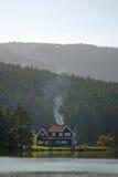 Casa de campo perto do lago Imagem de Stock