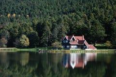 Casa de campo perto do lago Fotografia de Stock Royalty Free