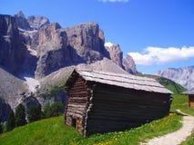 Casa de campo perto do trajeto da montanha foto de stock royalty free