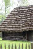Casa de campo polonesa de madeira tradicional velha no museu ao ar livre, Kolbuszowa, Polônia foto de stock
