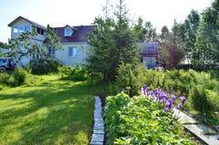 Casa de campo por mañana del verano Fotos de archivo libres de regalías