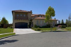 Casa de campo recentemente construída grande e de Luxuious do espanhol imagem de stock royalty free