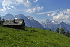 Casa de campo romântica em alpes austríacos fotografia de stock royalty free