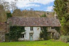 Casa de campo rural abandonada desorganizado coberto de vegetação e esquerdo abandonado Imagens de Stock Royalty Free