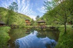 Casa de campo suspendida perto da lagoa com pontão pequeno Imagens de Stock Royalty Free