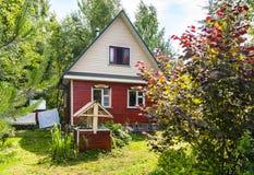 Casa de campo típica e bem no quintal na vila Fotos de Stock