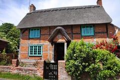 Casa de campo Thatched em uma rua inglesa da vila imagem de stock royalty free