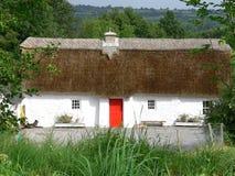Casa de campo Thatched irlandesa fotos de stock royalty free