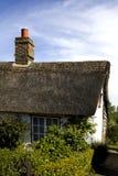 Casa de campo thatched velha bonita fotografia de stock royalty free