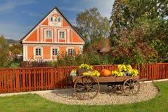 Casa de campo tradicional bonita imagens de stock