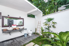 Casa de campo tropical do banheiro luxuoso Imagens de Stock